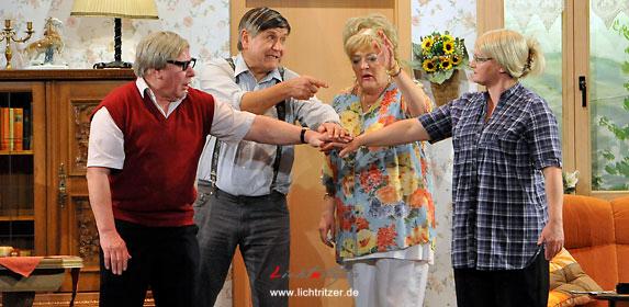 Schmieden gemeinsam einen Plan, um an das Geld der Mutter zu kommen:(v. li.) Erwin, Paul, Ingrid und Doris.