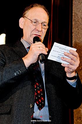 Der Vorsitzende Stefan Blumberg bei der Vorstellung aller Akteure unmittelbar nach der erfolgreichen Premiere.