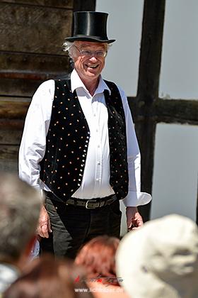 Regisseur Norbert Lenzhölzer stimmte das Publikum auf das Theaterstück ein.