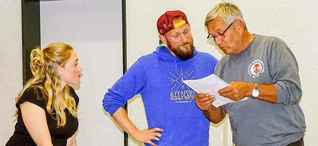 Texter lernen, und erste Proben in improvisierter Bühnenkulisse. Laura Hödke, Alex Besgen und Georg Höller (von inks)